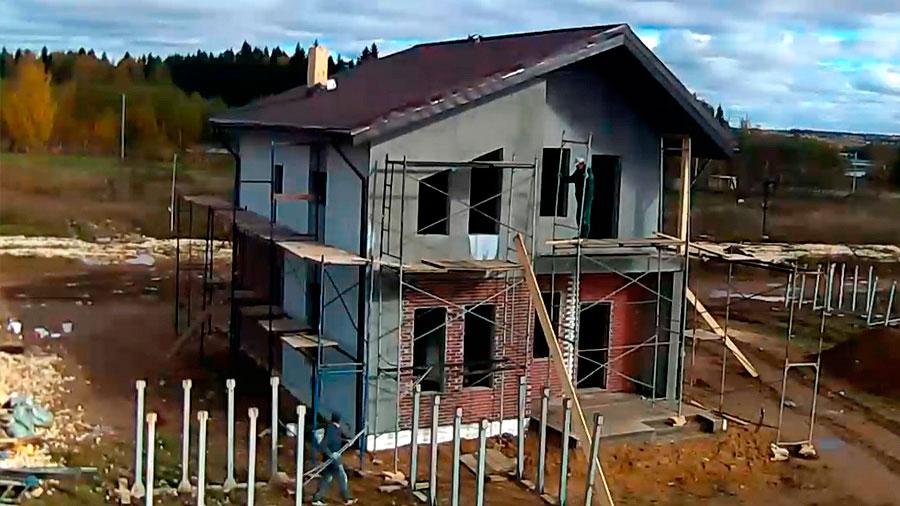 Установка металлического каркаса лестницы, соединяющей первый и второй этажи дома.