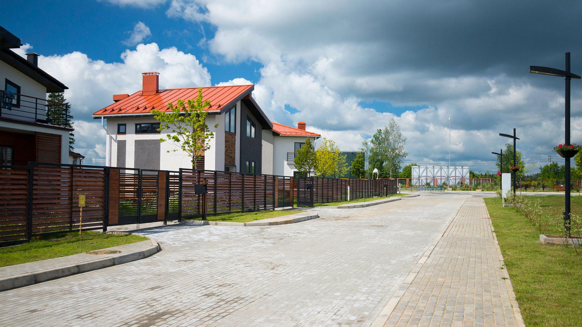 Улица коттеджного поселка Берег Песочной, Истринский район Московской области.